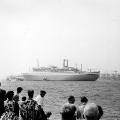 ss Rotterdam vertrekt voor eerste proefvaart, zomer 1959
